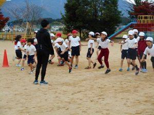 3・4年始が江里口さんから走り方を学ぶ