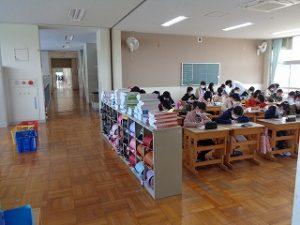 5・6年生は児童数も多いため、壁を外して密閉を防止しています。