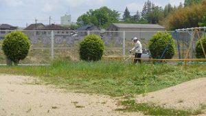 幼稚園の園庭の草刈り