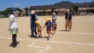 幼稚園も、登校班に並ばない子は先生と一緒に訓練しました。