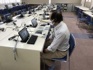 角谷先生はパソコン室で。
