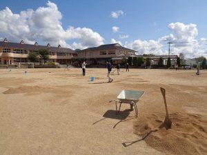 運動場に真砂土をまいています