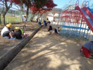 3年生は遊具周りの草引きです。