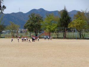 1年体育(運動場で並び方の学習をしています。)