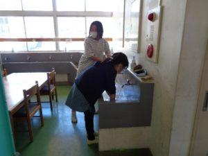 大掃除の様子 4年手洗い場