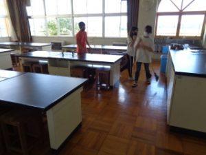 大掃除の様子 6年理科室掃除