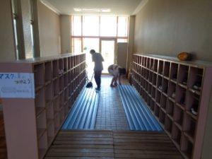 大掃除の様子 6年児童玄関掃除