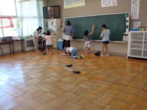 大掃除の様子 1年教室掃除