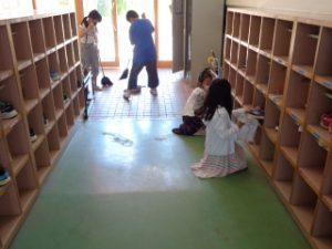 大掃除の様子 1・4年東児童玄関掃除