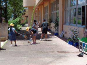 大掃除の様子 1・6年テラス掃除